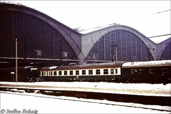 Meine erste Sichtung der neuen DR Farbgebung Elfenbein/Chromoxidgrün an zwei Typ Y/B70 Ame Wagen im D 814 Leipzig - Stralsund (1981)