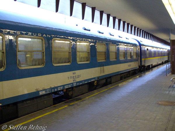 """WRm 51 55 88-81 008-2 am """"Kálmán Imre"""" in Wien Westbahnhof (2. Juni 2006), dahinter der CFR WLABmee München Hbf. - Budapest Keleti pu. - Bucuresti Nord"""