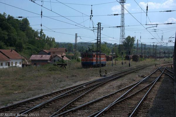 Einfahrt in Doboj, auf dem Gleisstummel steht 441 304