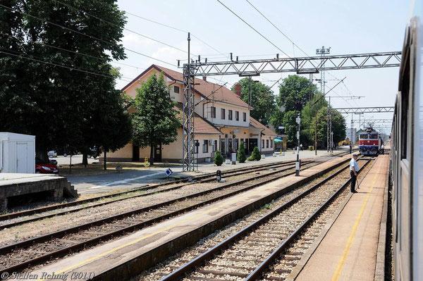 Einfahrt in den Bahnhof Strizivojna-Vrpolje
