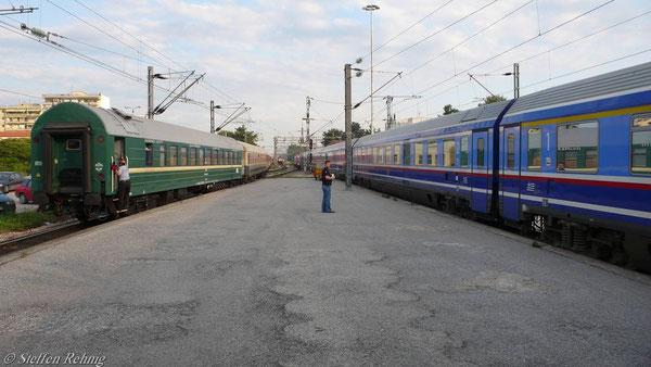 .... danach wieder zum Bahnsteiggleis zurückrangiert, rechts die Ausfahrt von IC 51 nach Athina