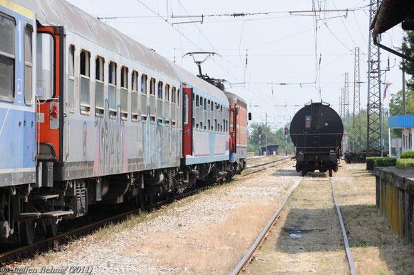 Zug B 451 mit bosnischer Lok im Grenzbahnhof Slavonski Šamac