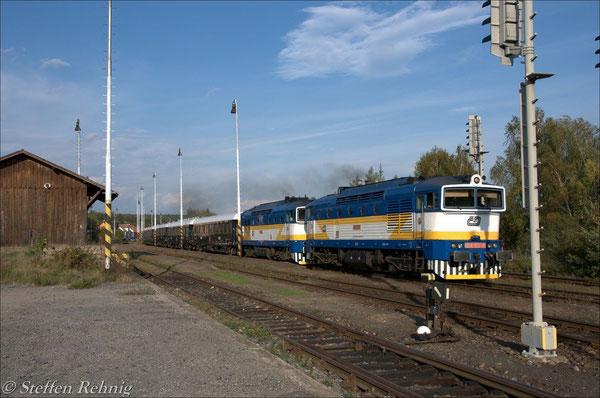Bei voller Fahrt im Bahnhof Blížejov