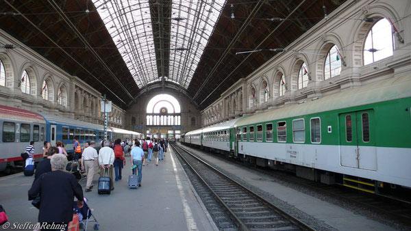 "BDbmrsee 51 54 82-70 099-1 im IC/Ex 130 ""Moravia"" in Budapest Keleti (Juni 2007)"