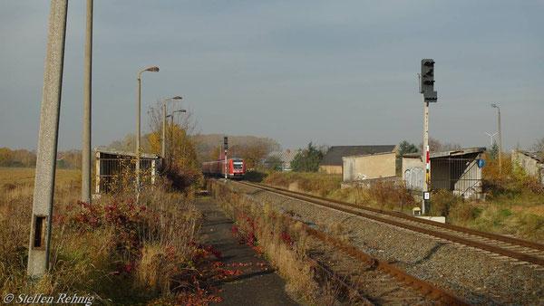 Raitzhain, ehemalige Bahnsteigseite der Strecke Gera-Gößnitz, Blickrichtung Gera, links war der Busbahnhof (November 2010)