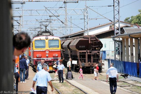 Kurzer Halt zum Aussteigen der  Fahrgäste des serbischen Binnenverkehrs ....