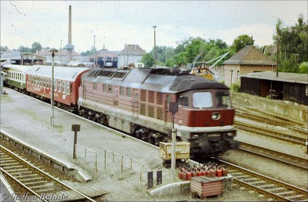 """D 316 """"BERLINAREN"""" Berlin Zoo - Malmö als Umleiterzug (über Karow - Basdorf - Wensickendorf - Fichtengrund) im Bahnhof Basdorf, an der Spitze läuft der Schlafwagen nach Stockholm (1987)"""