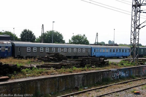 Bauzugwagen 80 72 930 0025-1, rechts der Schürzenwagen 80 72 930 0064-0  in Nova Pazova (17. Juli 2011)