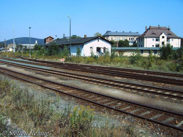 Die Gleise ins Bw und nach Neumark liegen noch... (September 2004)