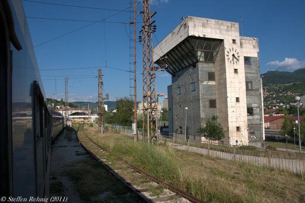 noch vorbei am zerschossenen Zentralstellwerk von Sarajevo ....