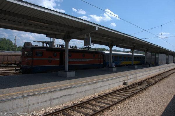 Gegenzug B 450 Sarajevo-Beograd mit Lok 441 004 steht abfahrbereit am Nachbarbahnsteig