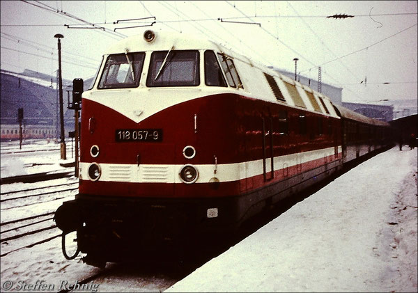 BR 118 057-9 vom Bw Gera am E 803 Leipzig - Saalfeld auf Gleis 1 in Leipzig Hbf (1981)