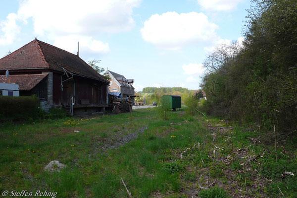 Güterschuppen des Bahnhof Ebrach vom ehemaligen Umfahrgleis aus gesehen (3. Mai 2008)