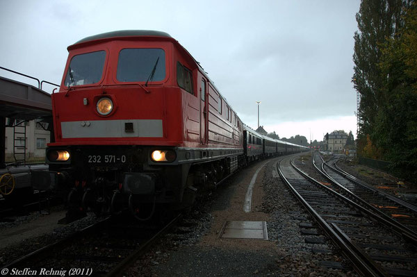 Die Weiterfahrt bis nach Nürnberg Hbf und danach in die Abstellanlage zum Wasserfassen erfolgt mit 232 571-0 ....