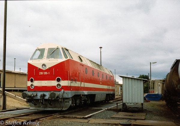 219 135-1 (119 135-2) an der Tankstelle im Bw Gera (1994)