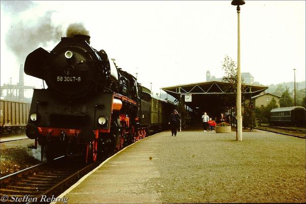 BR 58 3047-6 auf Gleis 1 im Bahnhof Greiz, rechts auf Gleis 19 steht der Eisenbahnkurierliteraturverkaufswagen (1990)