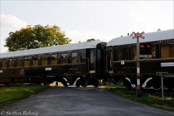 POZOR VLAK - der VSOE ist zum Halten gekommen und blockiert den Bahnübergang in Milavce ....