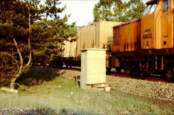 Bei Überlastung des Berliner Außenringes waren Wartezeiten bis zu 2 Stunden am Einfahrsignal Fichtengrund/Sachsenhausen normal, ich baute mir eine Sitzbank am Signalfernsprecher (1987)