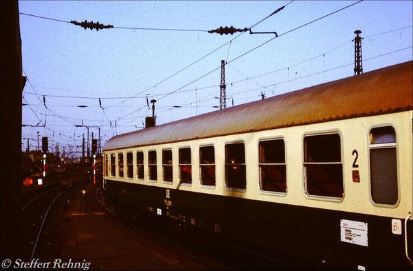 Kurswagen No.271 aus Stuttgart im D 1402 (ex.D 402) Nürnberg - Leipzig nach seiner Ankunft auf Gleis 4 in Leipzig Hbf (1989)