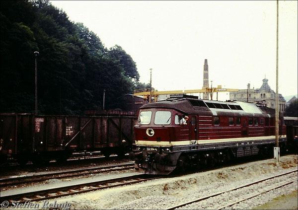 132 094-4 vom Bw Reichenbach, Plangemeinschaftslok der Lokeinsatzstelle Adorf, auf Gleis 3 im Bahnhof Greiz (ca.1984)