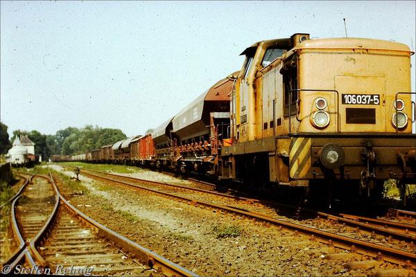 106 037-5 mit zusammengestellter Übergabe nach Basdorf im Bahnhof Liebenwalde, wegen Überlänge musste bis zum Prellbock am Streckenende zurückgedrückt werden um die Einfahrt des Triebwagen aus Basdorf zu ermöglichen (1987)