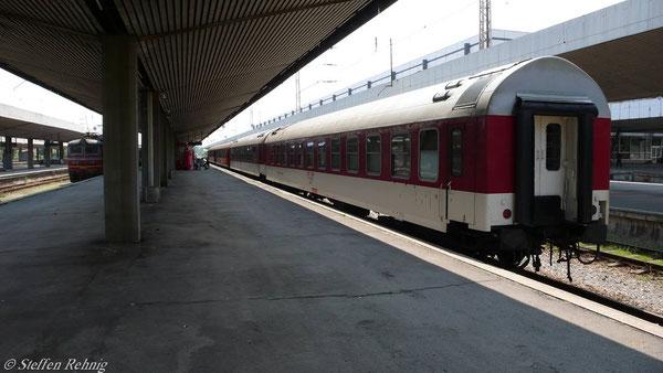 "B 490 ""Balkan Express"" Schlafwagen Sofia - Wien, danach der Liegewagen Sofia - Ljubliana, in Sofia (Juni 2007)"