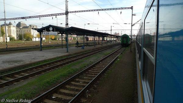 Plzen hln., vor der Weiterfahrt werden 2 tschechische Verstärkungswagen vom Nachbargleis mit neuer Zuglok an die Zugspitze beigestellt