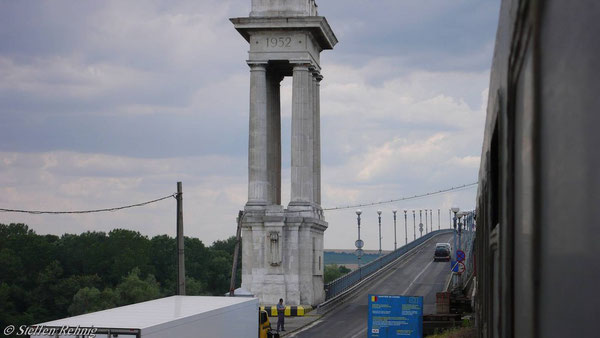 .... auf die Donaugrenzbrücke ....