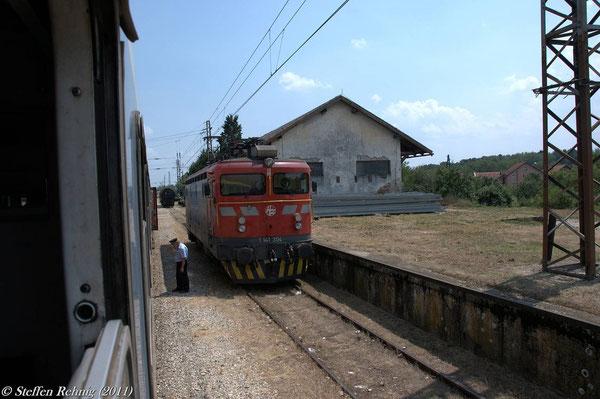 Unser alte Zuglok ab Šid, 1141 304 wartet auf einem Nebengleis auf ihre Rückleistung