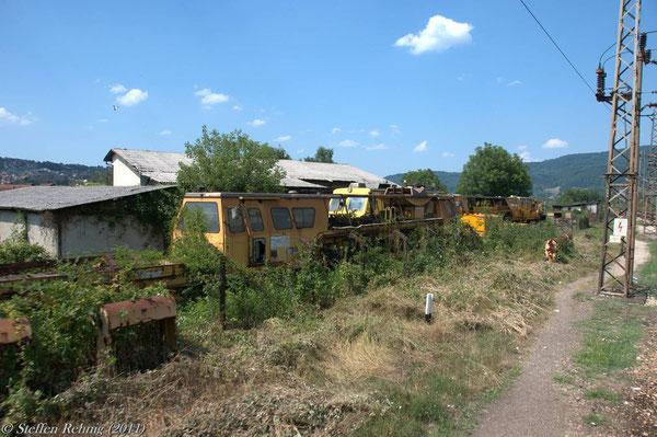 abgestellte Gleisbautechnik in Doboj (17. Juli 2011)