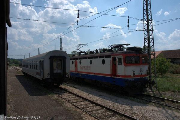 nach Lokwechsel treffen wir bei der Ausfahrt aus Doboj auf 441 906 der ZFBH ....