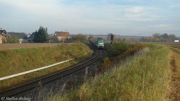 Der Morgenzug auf der Rückfahrt am ehemaligen Bahnhof Raitzhain (November 2010)