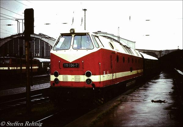 Ein Jahr später die damals neue 119 034-7 vom Bw Gera ebenfalls am E 803 auf Gleis 1 in Leipzig Hbf, links auf Gleis 5a steht eine 242 mit 3 Verstärkungswagen für den D 452 Frankfurt(Oder) - Mönchengladbach (1982)