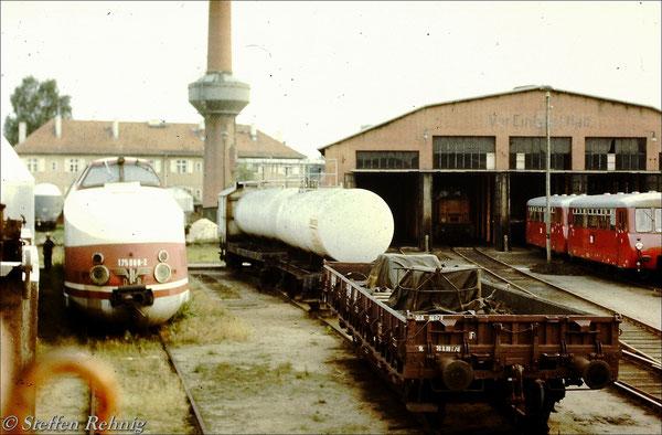 Triebkopf 175 008-2 abgestellt in der Triebfahrzeugeinsatzstelle Basdorf, im Lokschuppen auf Gleis 2 steht 106 037-5 (1987)