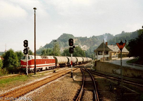 .... und Schlußlok 219 072-6 bei der Durchfahrt in Loitsch-Hohenleuben (1993)