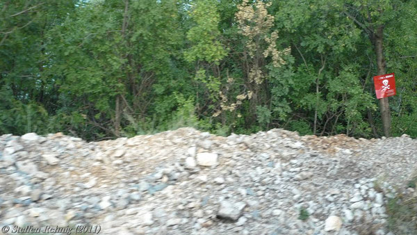 Minenwarnschilder an unzugänglichen Bahndämmen