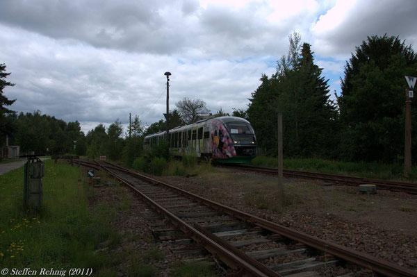 """Bhf. Seelingstädt, VGB-Tw aus Richtung Werkbahnhof Braunichswalde kommend, links das Gleis der """"Taigakurve"""", in der Mitte das Streckengleis nach Wünschendorf"""