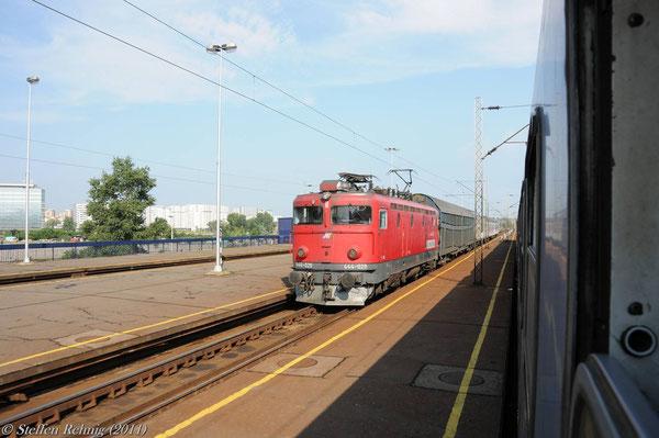 """Auf dem Bahnhof Novi Beograd kreuzen wir mit dem Zug B 15211 """"JADRAN EXPRESS"""" aus Split mit der Lok 444 029"""