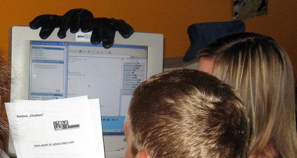 Schüler beim Studieren der Aufgabe