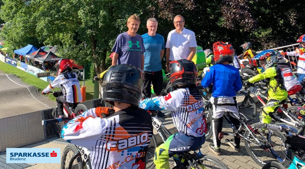 Inmitten cooler Kids beim Startgatter-Training. V.l.n.r. Obmann Herbert Dür u. Sportlicher Leiter Harry Muther vom BMX-Club und Sparkassen-Marketingleiter Arno Sprenger