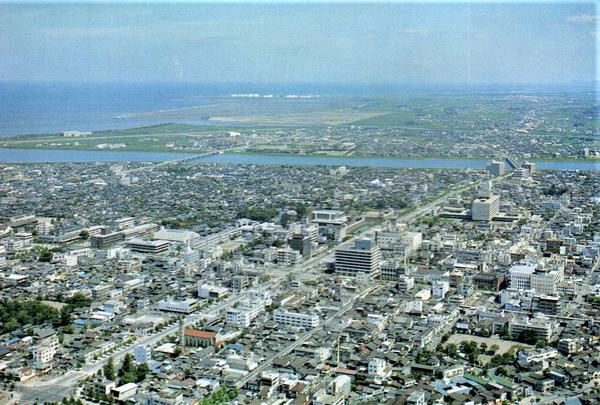 昭和40年(1965年)の大分市の空撮写真の絵葉書。大分川の向こうに旧大分空港が見える。