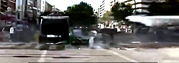 Panzer des türkischen Sondereinsatzkommandos überfährt Demonstranten