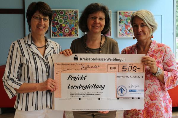 """Scheckübergabe des Kinderschutzbunds an das Projekt """"Lernbegleitung"""" (v.l.):  Birgit Wolf, Sibylle Strobel, Margit Körner"""