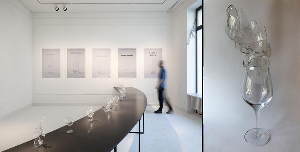 Thilo Droste, Tafelrunde/Gral /// 2019, Gläser und C-Prints,                                          Ausstellungsansicht Galerie im Saalbau, 2019 (Foto: H.Moser), Detail: Glasobjekt