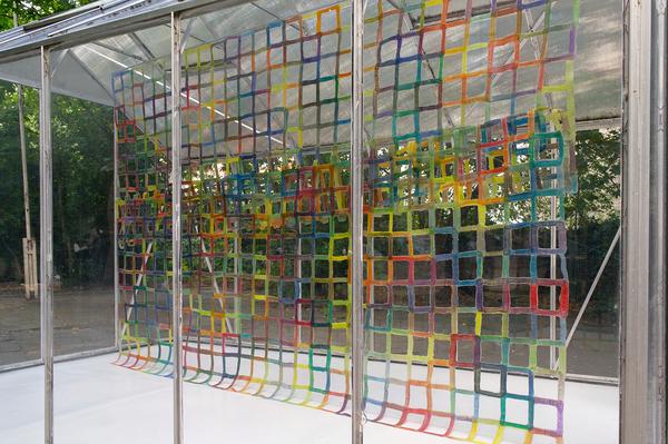 Enrico Niemann, Supergrid, ca. 230 x 320 x 10 cm, 2013/19, Installationsansicht Superbien (EVA-Folien, Offset-Farben)