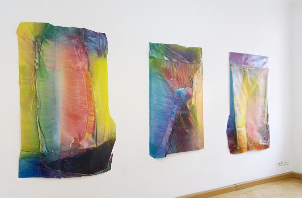 Enrico Niemann, Cross Section V, VI, IV, ca.160 x 110 x 10 cm, 2017, Installationsansicht (Acrylfarbe, Papier)