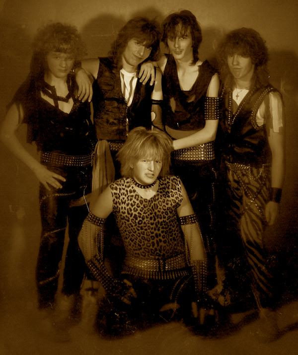 Kilian Sommerhalder (Drums), Mark Jutz ( Git), Andy Wyrsch (Bass), Guido Strassmann (Git), Unten: Andy Portmann (Vocals)