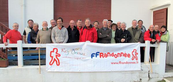 Le groupe des nouveaux baliseurs (dont Sylvie et Agnès) devant les locaux de Socoa.