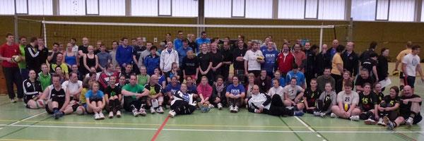 Die Spieler/innen der 16 teilnehmenden Mannschaften. Drei Team-SHG-Mannschaften mit 24 Spielerinnen und Spielern waren dabei und arbeiteten an ihren Zielen. Foto: T. Werner