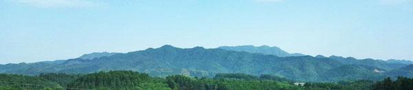三重町のシンボル、佩楯(はいだて)山と周囲の山々の春景色